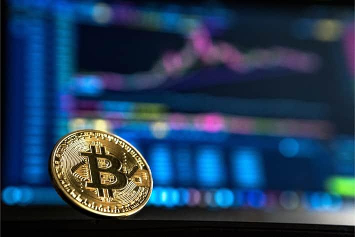 WannaCry fidye yazılımı saldırısında talep edilen fidyeyi temsil eden, bir dizüstü bilgisayar ekranının karşısındaki Bitcoin simgesi
